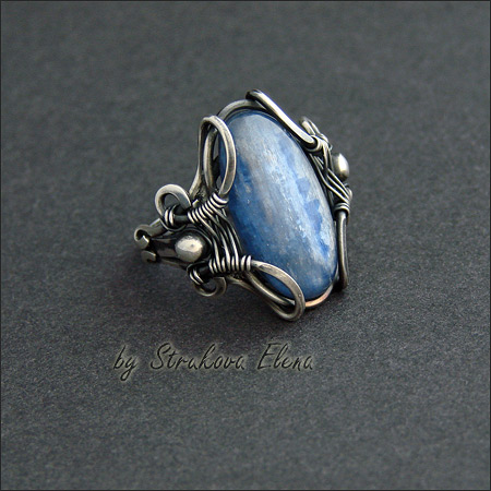 Эффектное крупное кольцо с кианитом, выполнено из серебра, металл почернён и частично отполирован. вернуться. шинка