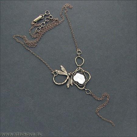 Ожерелье с белым жемчугом и стрекозой Струкова Елена